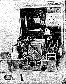 Внутренняя часть смонтированного супергетеродина по схеме т. Роговского. Приемник строится кружком Киевского радиоклуба.