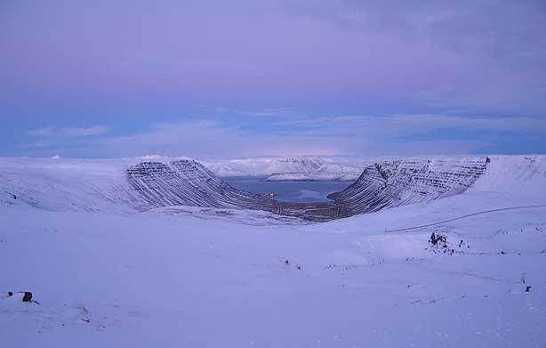 Вид на один из многочисленных фьордов в Исландии.