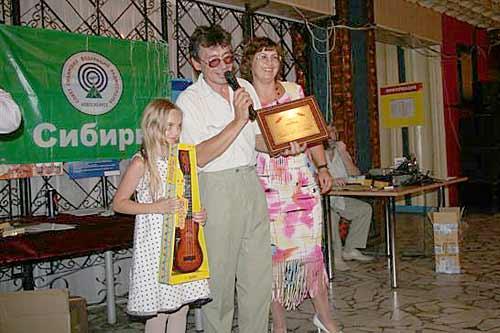 Золотые спонсоры UA9OK+UA9OFT. Призы вручает их дочь Мария UA9