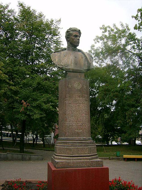 Бронзовый бюст  Александру Молодчему в г. Луганске.
