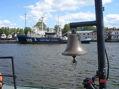 Впереди множество маленьких островов и островков. Чтобы попасть на любой из островков необходимо пройти процедуру оформления и получения разрешения у пограничной службы. На траверзе мы встречаем корабли (ПСКРы) береговой охраны.