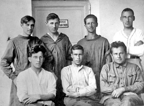 Стоят слева направо: В.П. Ичалов, К.К. Сливицкий, Йомин, Стромятников.