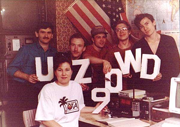 На радиостанции UZ9OWD (слева направо): Ю.Заруба (UA9OBA), И.Коровин (UA9OBO), Ю.Сушкин (UA9OPA, nw N3QQ), А.Астанин (RW9OW), А.Мячин (UA9OIL), сидит И.Заруба (RZ9OA)