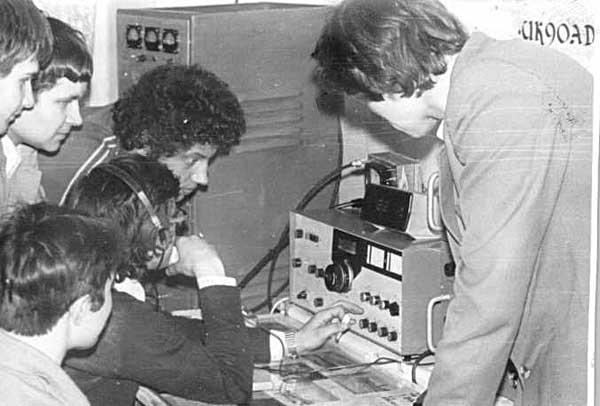 На коллективной радиостанции UK9OAD за трансиверов (слево направо): Ю.Заруба (UA9OBA), М.Пугачев (UA9OEO), В.Князев (UA9UKT), за трансивером С.Долганов (UA9OK)