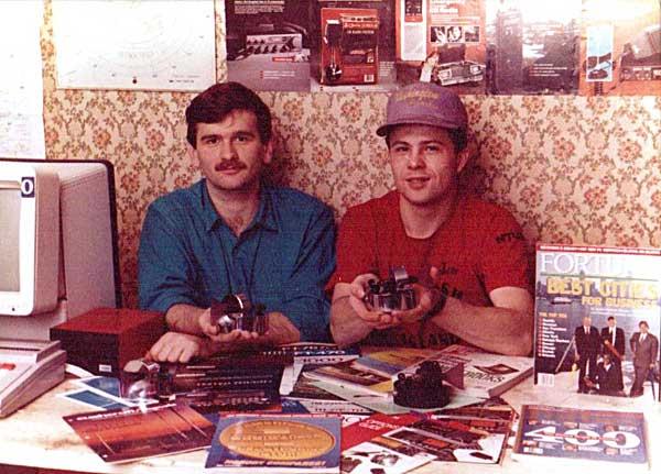 """Ю.Заруба UA9OBA и Ю.Сушкин (UA9OPA, nw N3QQ) с фирменными CW-ключами """"Siberia"""""""