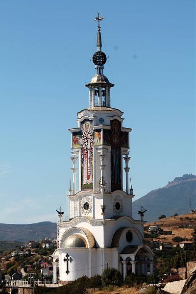 Вокруг маяка-храма территория также обустроена в стиле морской тематики