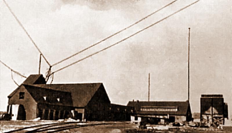 Центральные здания «Голиафа», в нижней части снимка видна железнодорожная линия.