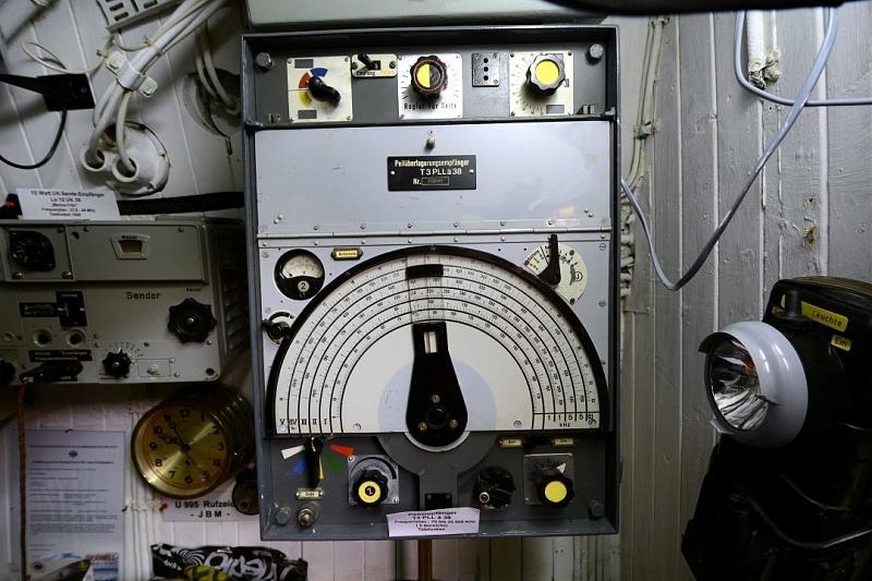 Общий вид радиоприемника T3PLLä38. На настроечной шкале видны пять диапазонов: 70–150 кГц, 150–350 кГц, 350–640 кГц, 640–1200 кГц, 15–33 кГц.