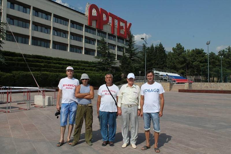 Наша команда на  площади у корпуса вожатых МДЦ Артек.