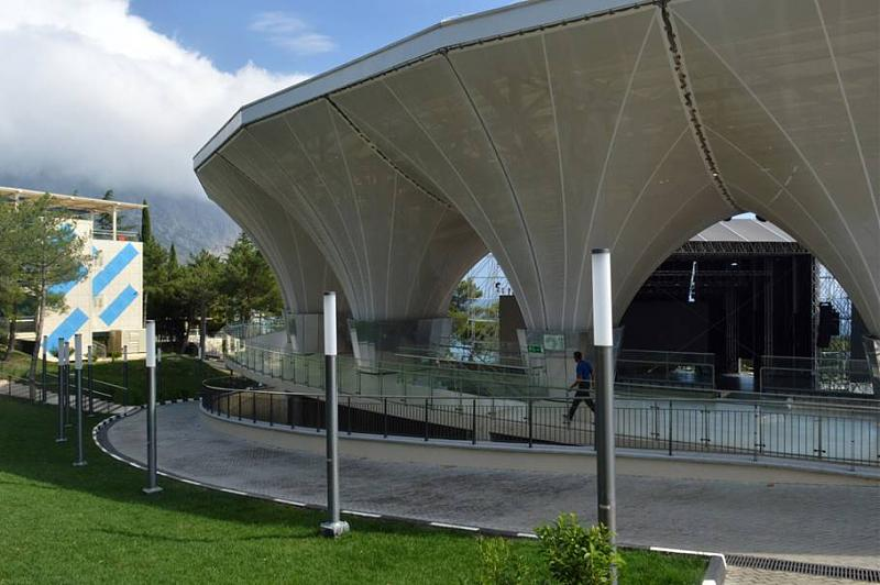 За столовой на крутом склоне разместилась, необычная по форме, Артек-арена на 4500 посадочных мест