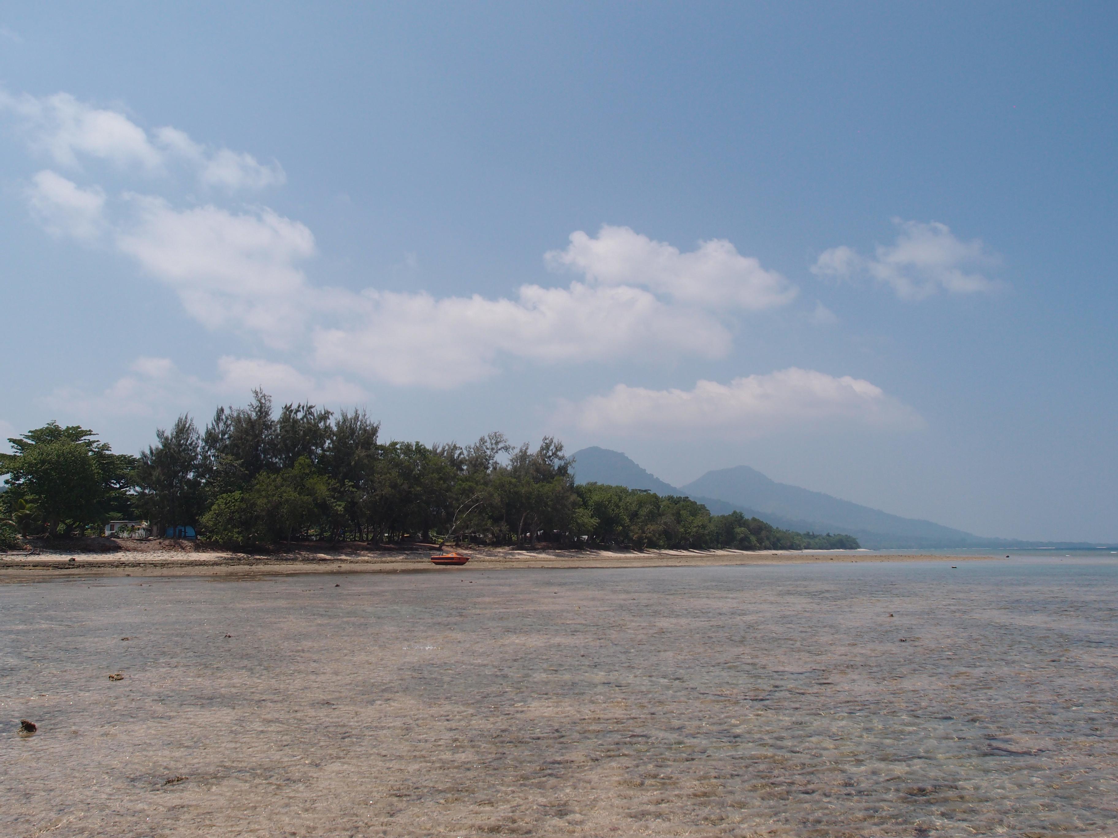 Вид на остров Эмаэ с моря в отлив