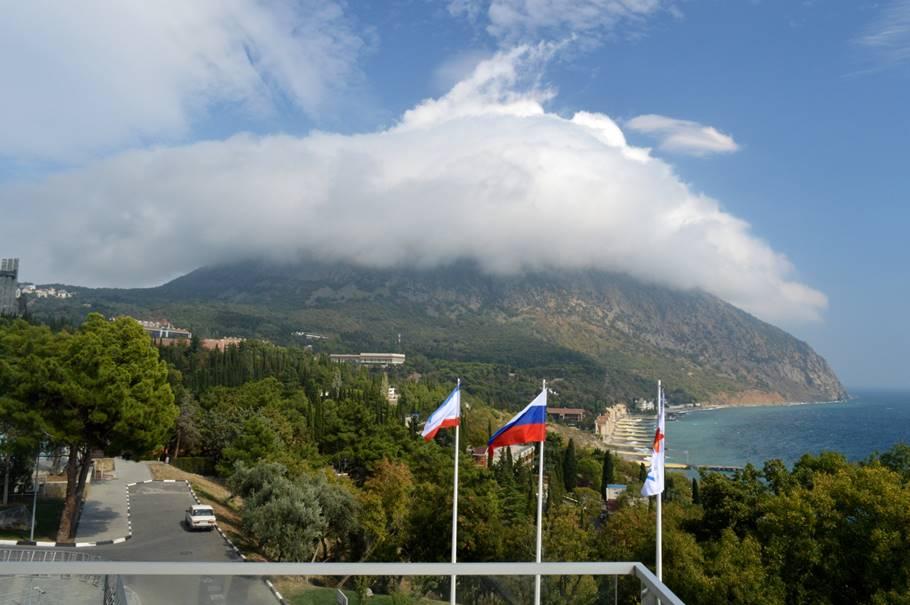 Вид на территорию МДЦ «Артек» и гору Аю Даг с балкона Артек Арены.