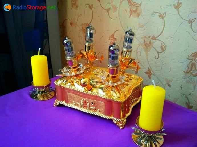 внешний вид самодельного лампового усилителя для наушников возле свеч
