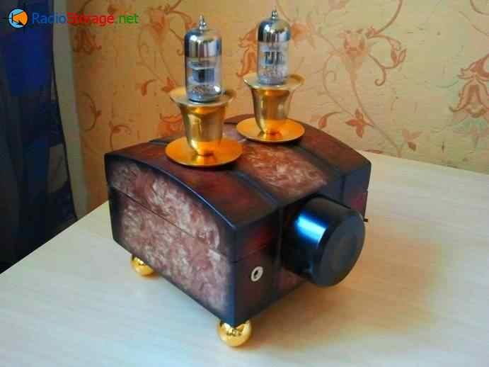 внешний вид самодельного лампового усилителя для наушников в виде шкатулки и подсвечников