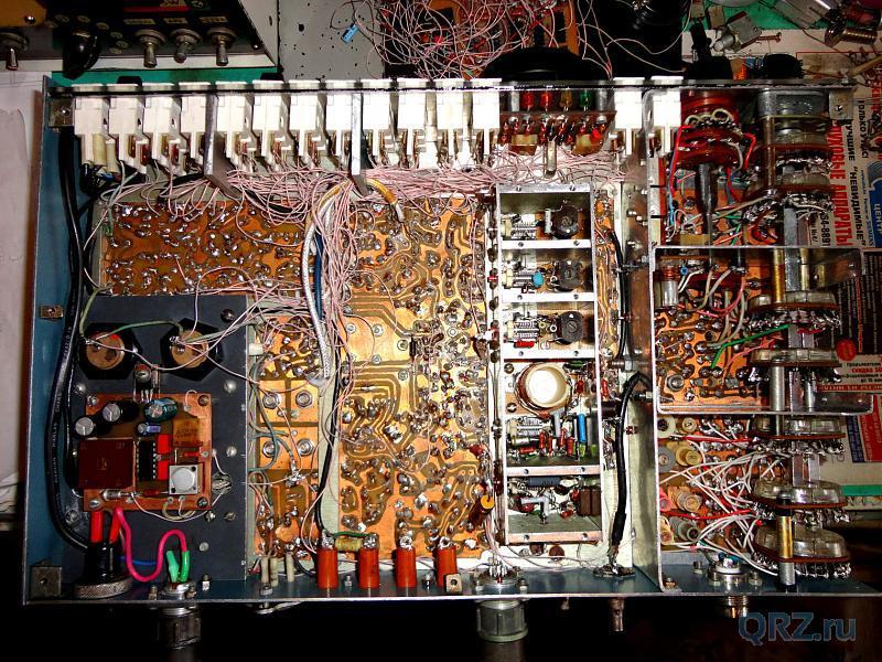 Вид на шасси приёмника снизу (проводники ещё не зажгутованы).