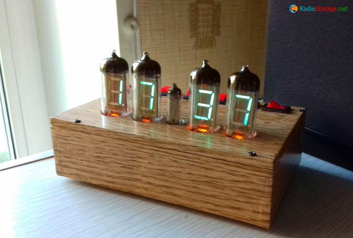 Внешний вид готовых часов на люминесцентных индикаторах ИВ-11 и ИВ-6